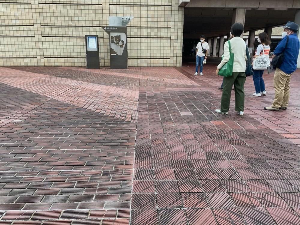 よく見ると分かる本館と記念館のタイル貼り境界